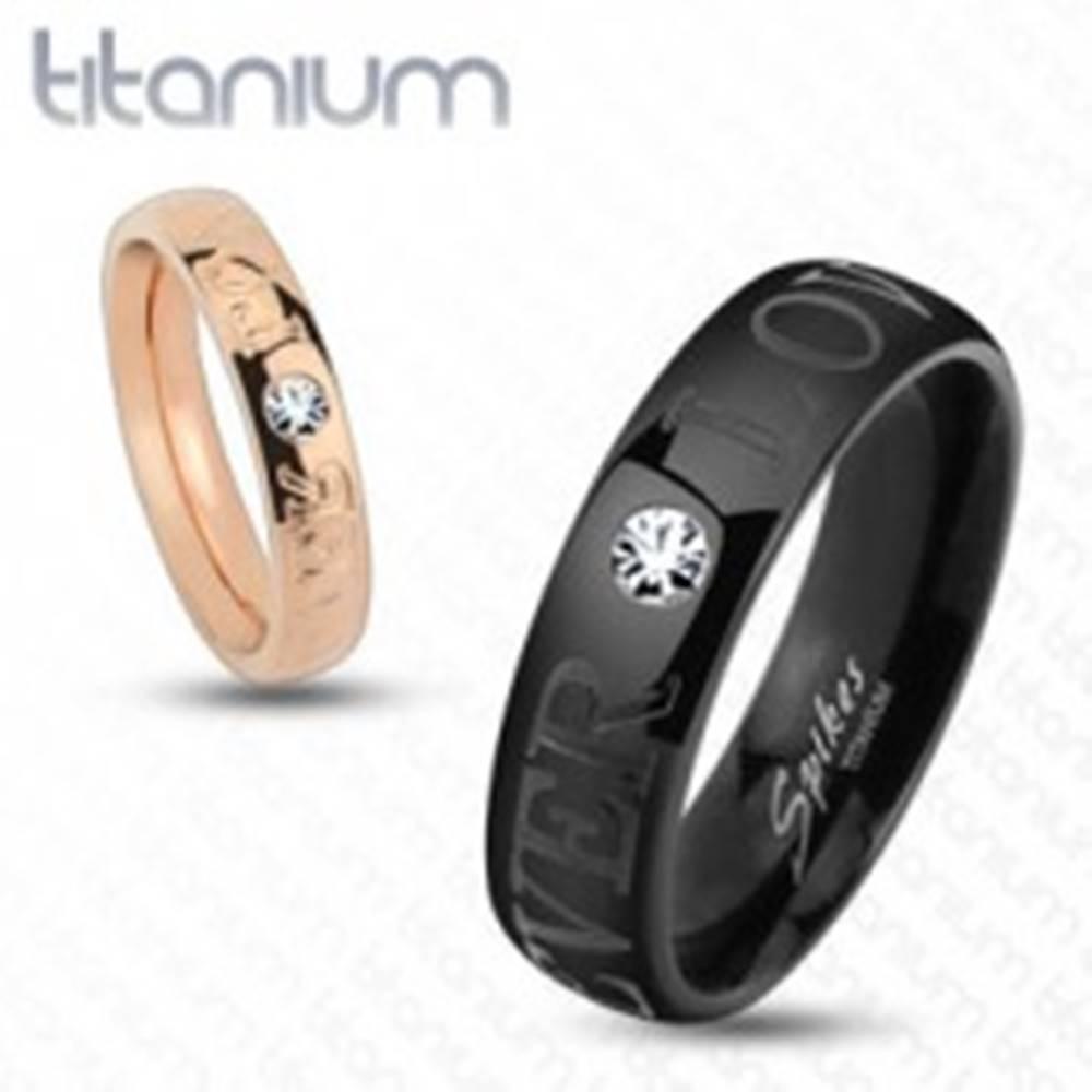 Šperky eshop Čierna obrúčka z titánu, ligotavý číry zirkónik, nápis FOREVER LOVE, 6 mm - Veľkosť: 59 mm