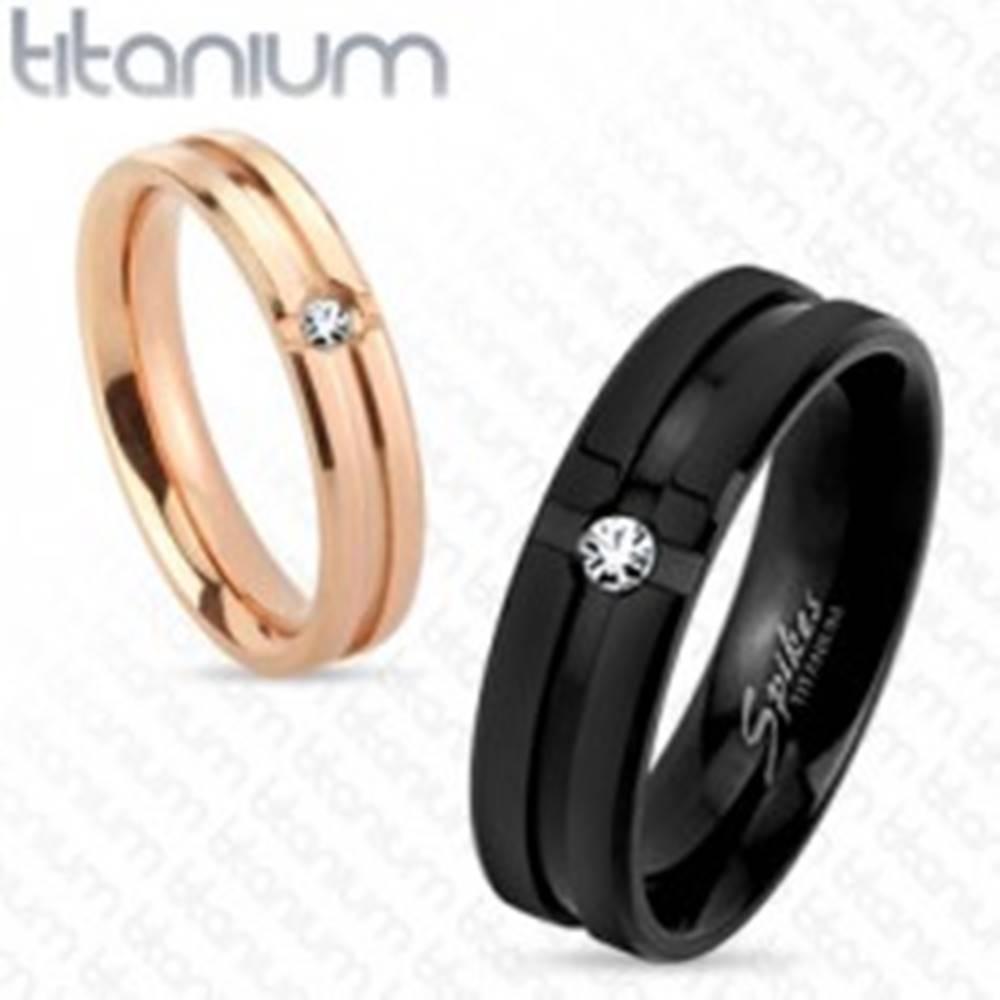 Šperky eshop Čierna titánová obrúčka s ozdobnými zárezmi a čírym zirkónikom, 6 mm - Veľkosť: 59 mm