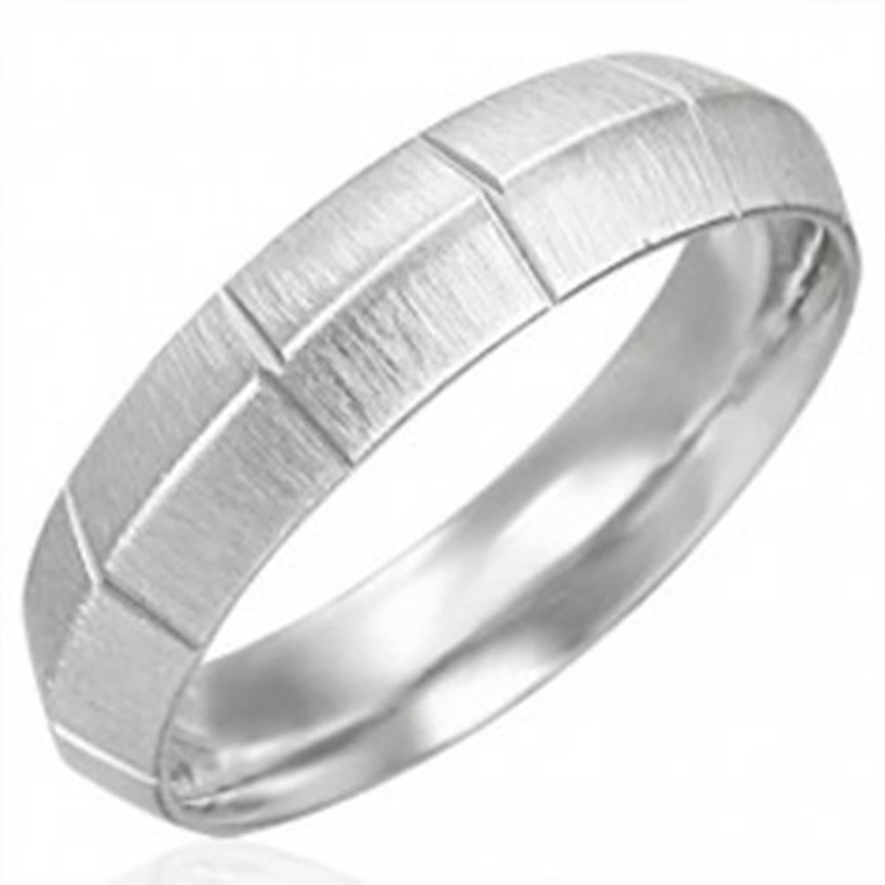 Šperky eshop Dámsky oceľový prsteň matný so zvislými ryhami, vyvýšený stred - Veľkosť: 51 mm