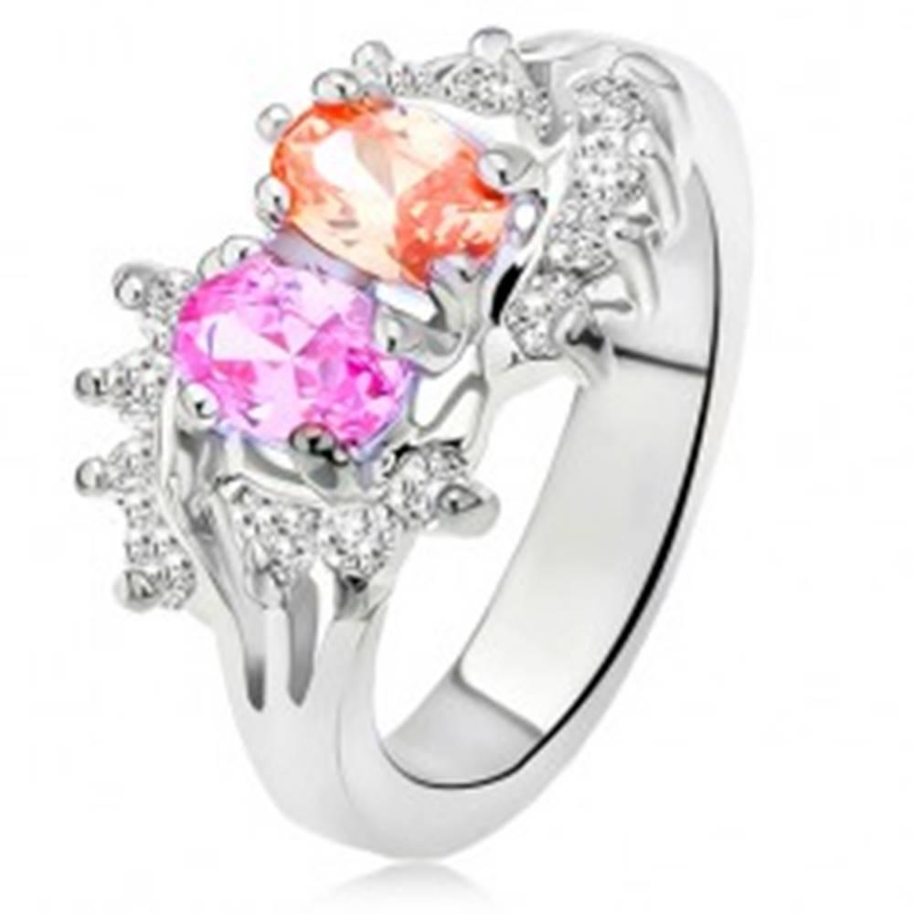 Šperky eshop Lesklý prsteň striebornej farby, dva farebné kamienky, malé číre zirkóny - Veľkosť: 48 mm
