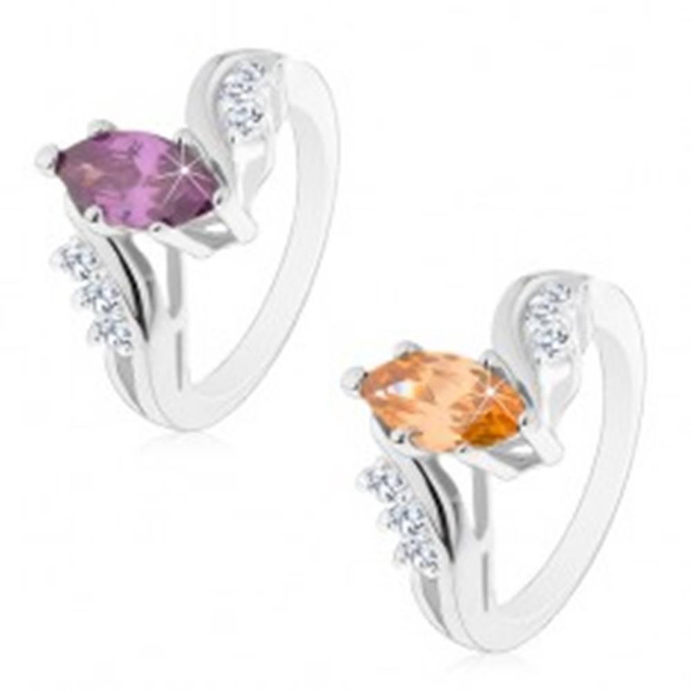 Šperky eshop Ligotavý prsteň striebornej farby, farebné brúsené zrnko, zahnuté ramená - Veľkosť: 49 mm, Farba: Fialová