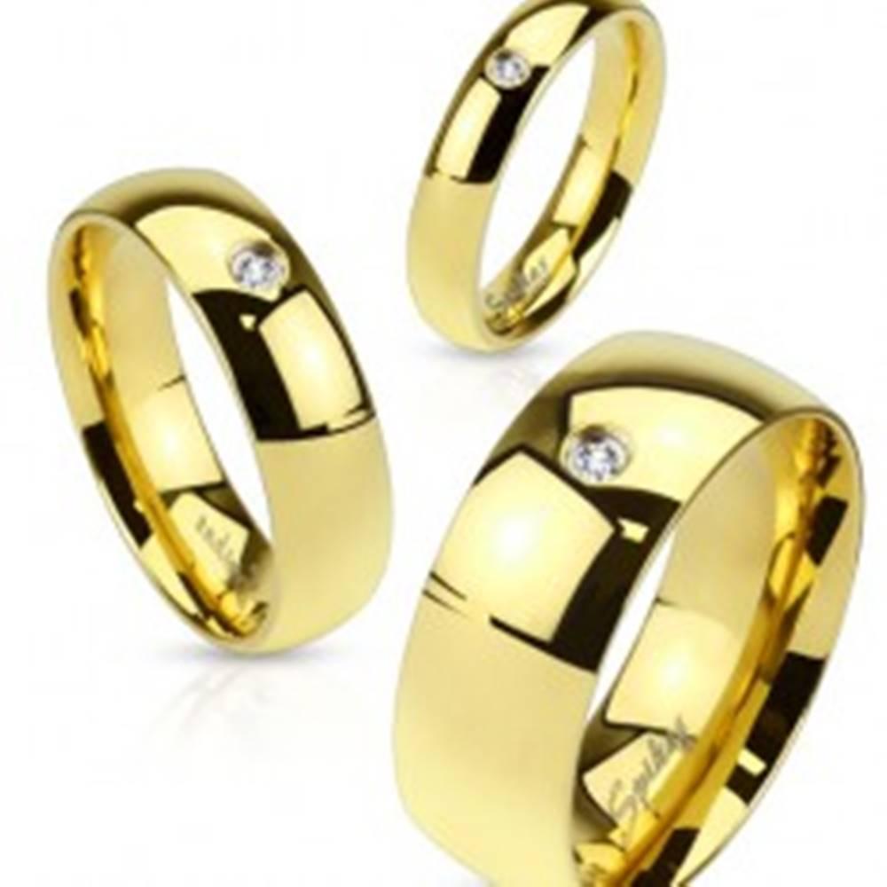 Šperky eshop Oceľová obrúčka v zlatom odtieni, lesklý hladký povrch, číry zirkónik, 6 mm - Veľkosť: 49 mm