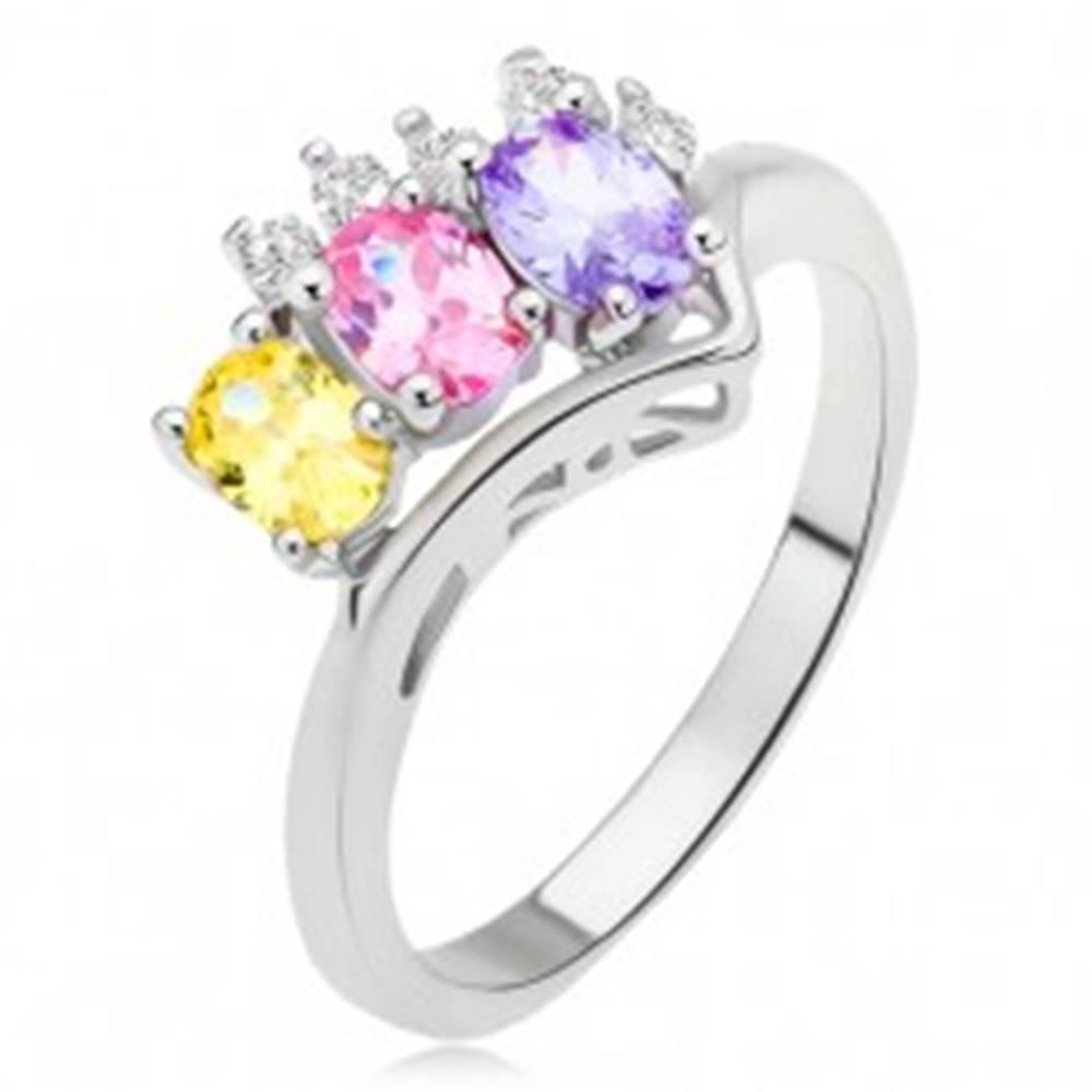Šperky eshop Prsteň - farebné oválne kamienky, ramená zahnuté do špicu - Veľkosť: 53 mm