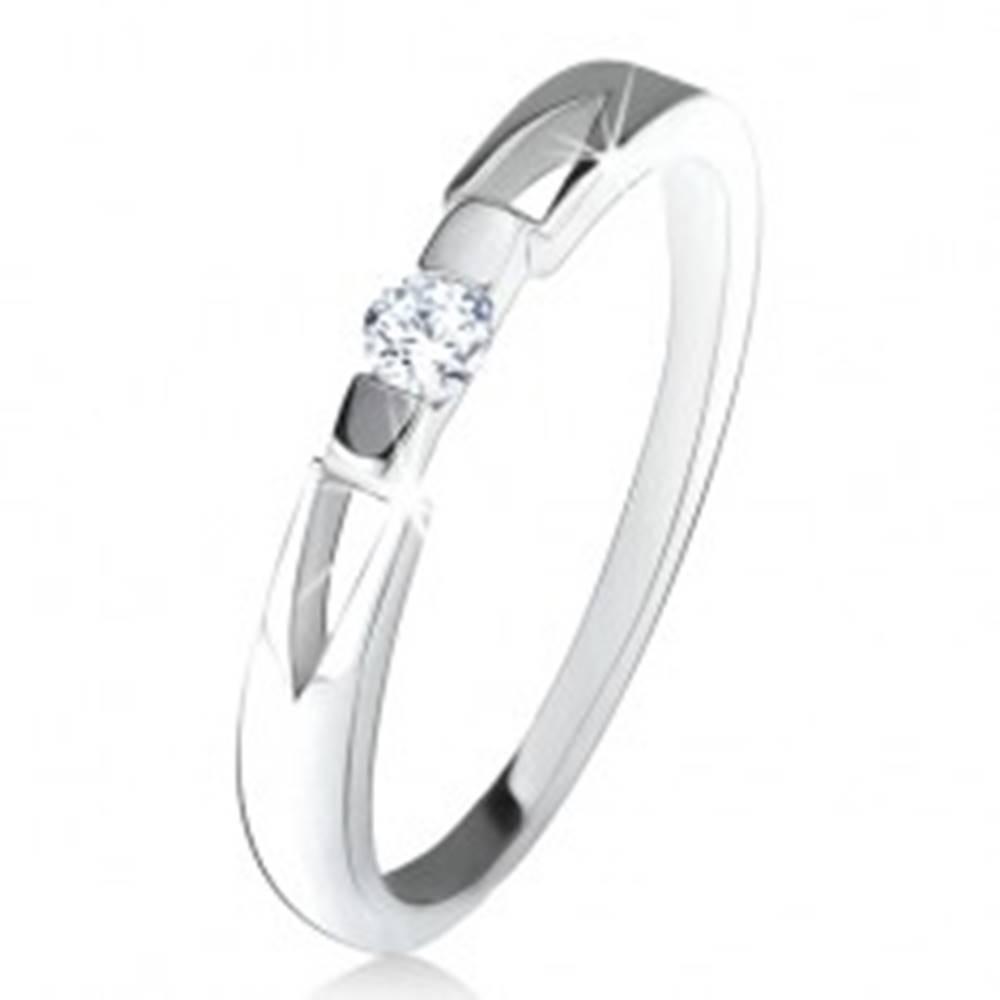 Šperky eshop Prsteň s čírym okrúhlym zirkónom, trojuholníkové výrezy, striebro 925 - Veľkosť: 49 mm