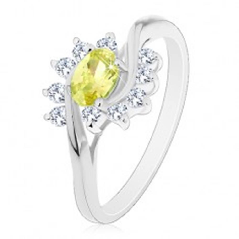 Šperky eshop Prsteň s lesklými ramenami, svetlozelený zirkónový ovál a oblúčiky z čírych zirkónov - Veľkosť: 49 mm, Farba: Svetlozelená