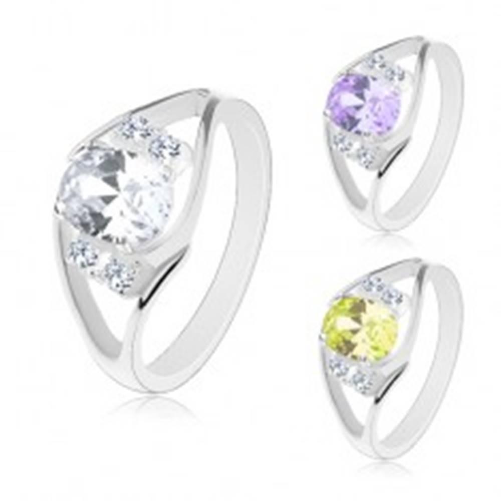 Šperky eshop Prsteň s rozdelenými ramenami, veľký farebný ovál a číre zirkóniky po stranách - Veľkosť: 49 mm, Farba: Svetlozelená