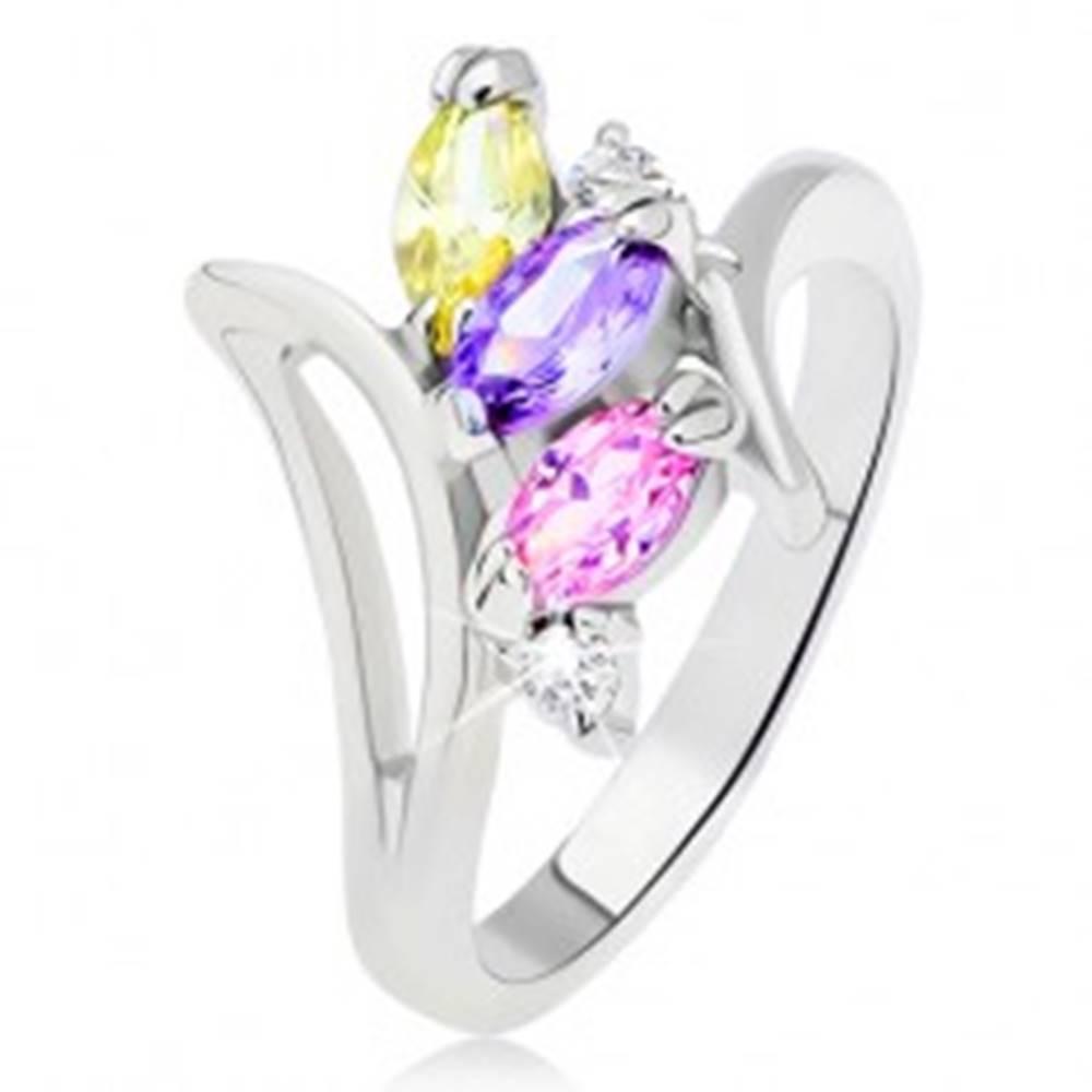 Šperky eshop Prsteň striebornej farby, farebné zrniečkové zirkóny usporiadané nad sebou - Veľkosť: 49 mm