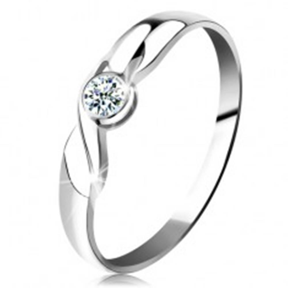 Šperky eshop Prsteň v bielom 14K zlate - okrúhly briliant čírej farby, vlnka, lesklé ramená - Veľkosť: 49 mm