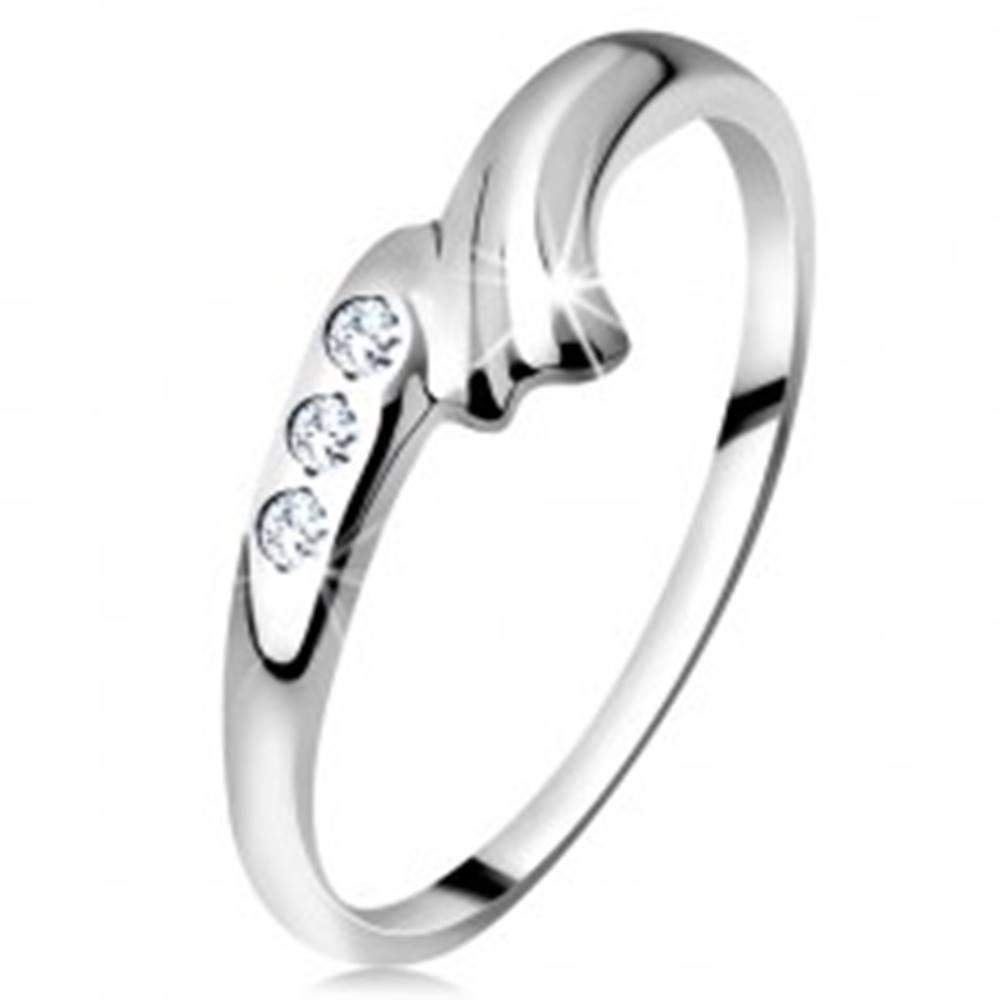 Šperky eshop Prsteň v bielom 14K zlate - zahnuté rameno s ryhou a trojica čírych zirkónov - Veľkosť: 50 mm