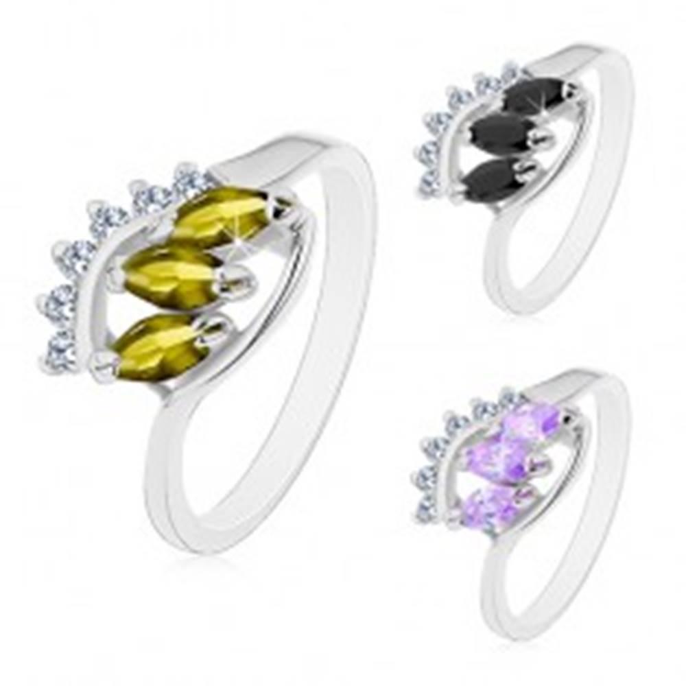 Šperky eshop Prsteň v striebornom odtieni, lesklé zahnuté ramená, tri farebné zrnkové zirkóny - Veľkosť: 48 mm, Farba: Svetlofialová