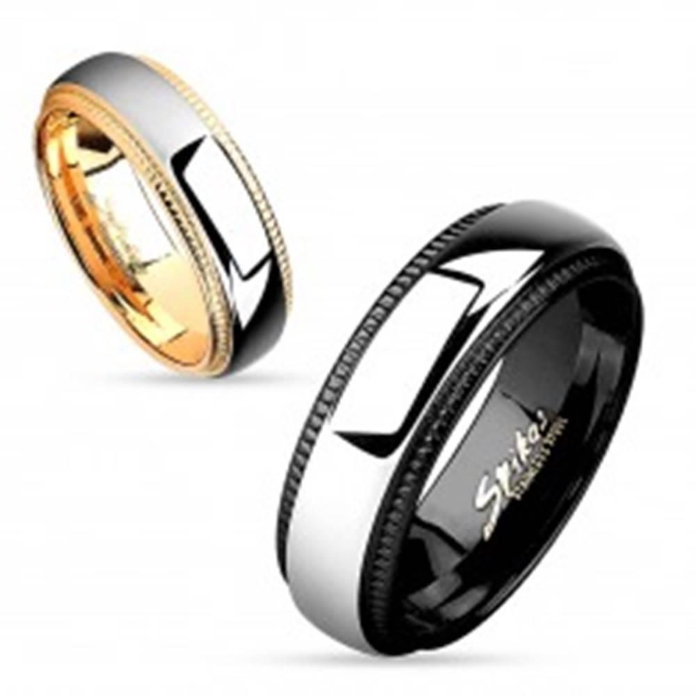 Šperky eshop Prsteň z chirurgickej ocele, lesklý pás striebornej farby, okraje s vrúbkami, 6 mm - Veľkosť: 49 mm