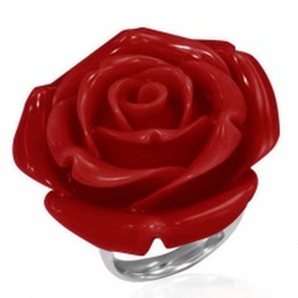 Šperky eshop Prsteň z ocele - červená vykvitnutá ruža zo živice - Veľkosť: 51 mm