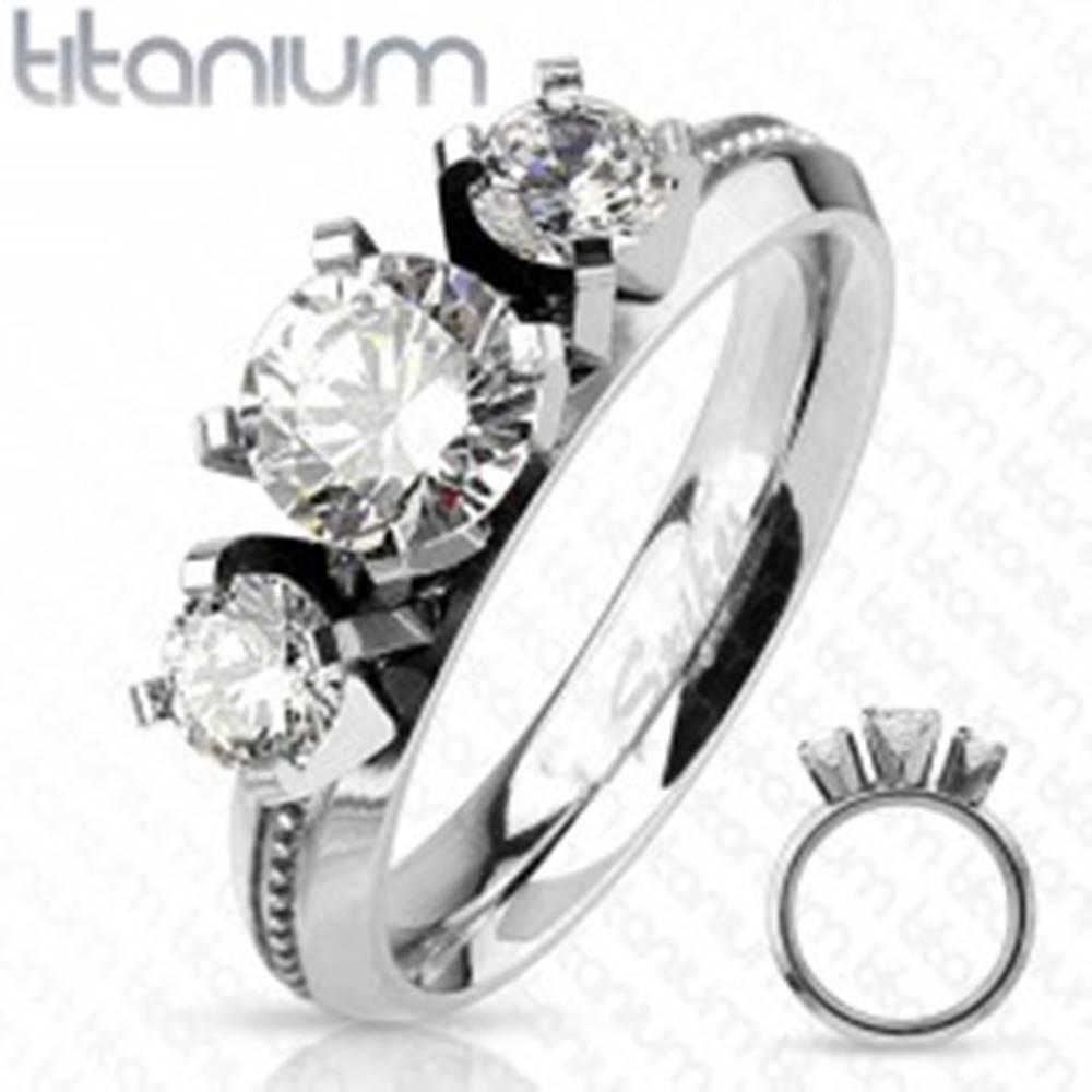 Šperky eshop Prsteň z titánu, strieborná farba, tri okrúhle číre zirkóny, vysoký lesk - Veľkosť: 49 mm
