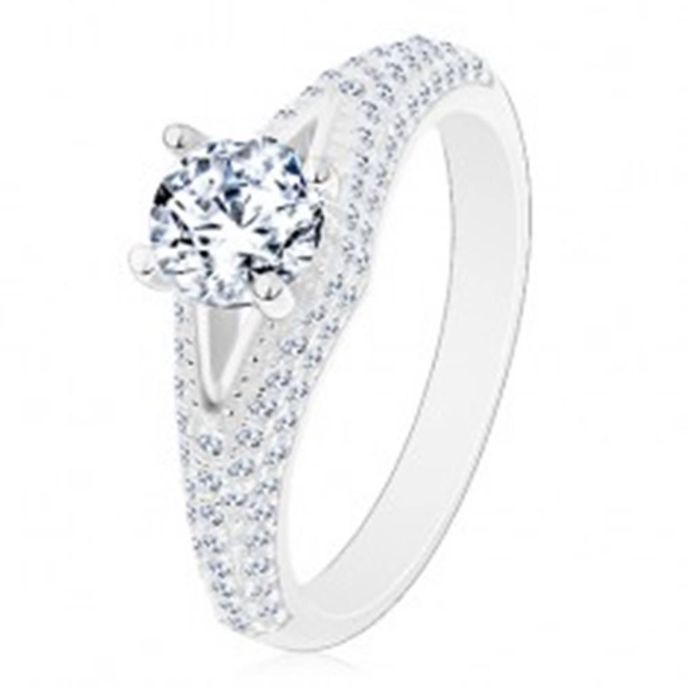 Šperky eshop Prsteň zo striebra 925 - zásnubný, číry okrúhly zirkón, úzky výrez, žiarivé ramená - Veľkosť: 49 mm