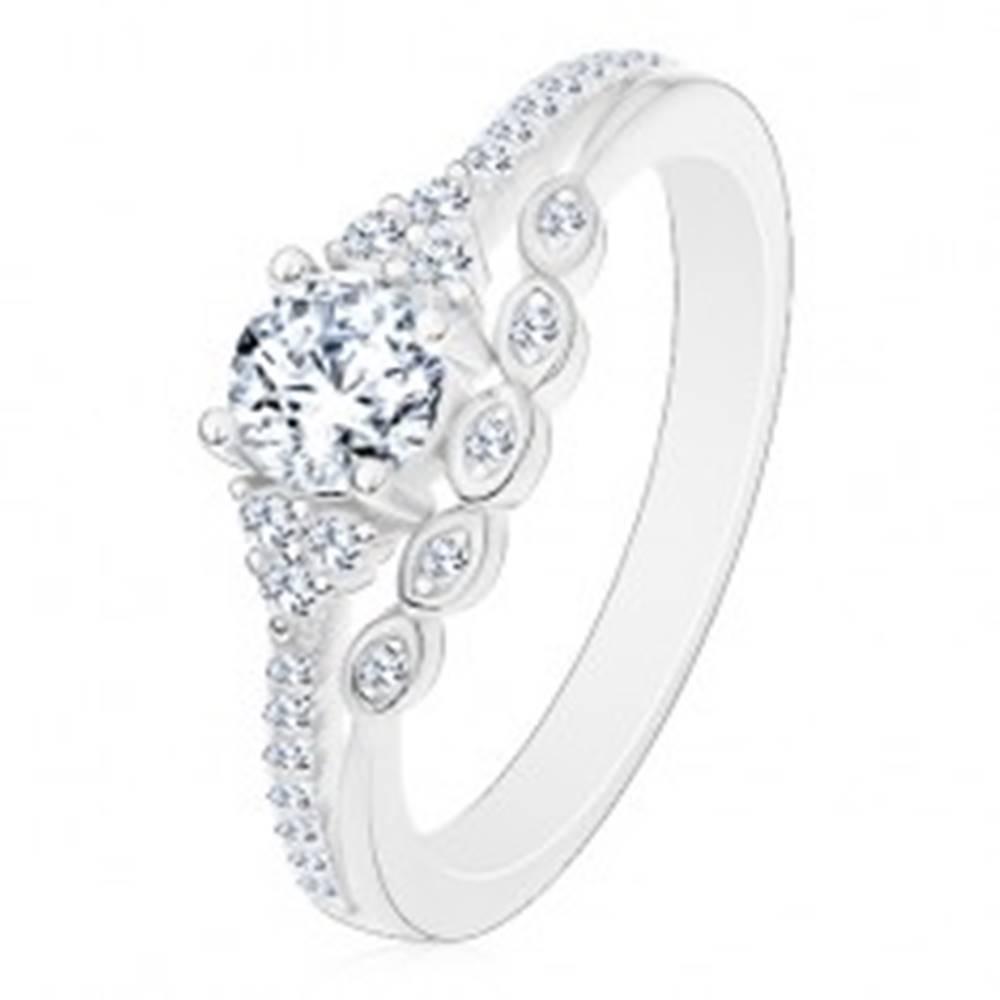 Šperky eshop Prsteň zo striebra 925 - zásnubný, číry zirkón a trblietavá línia, drobné zirkóniky - Veľkosť: 50 mm