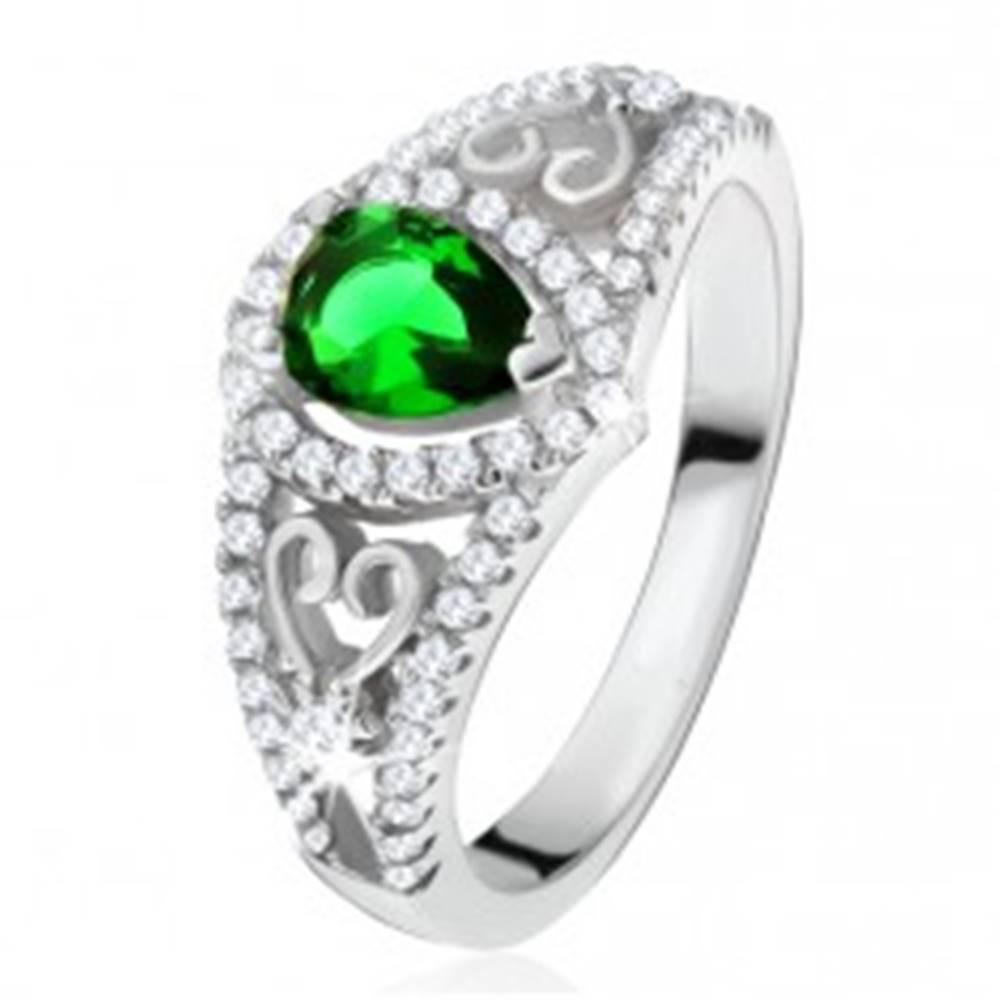 Šperky eshop Prsteň zo striebra 925, zelený slzičkový kameň, číre zirkóny, obrysy sŕdc - Veľkosť: 50 mm