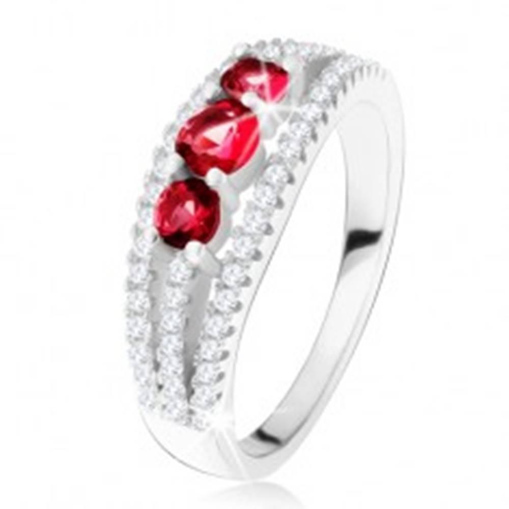 Šperky eshop Strieborný 925 prsteň, tri rubínové kamienky, zirkónové prúžky - Veľkosť: 49 mm
