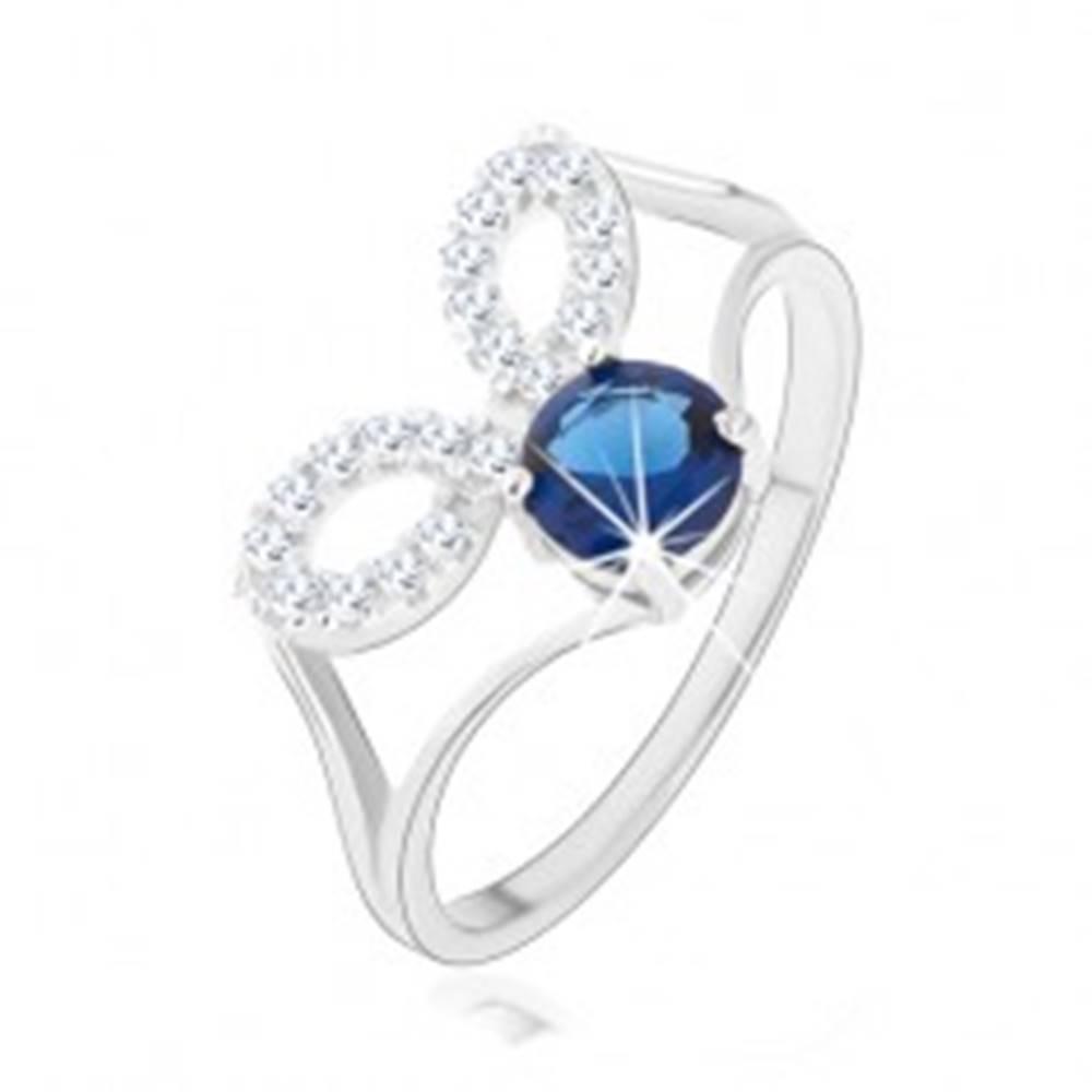 Šperky eshop Strieborný prsteň 925, rozdelené ramená, číre obrysy zrniek, tmavomodrý zirkón - Veľkosť: 48 mm