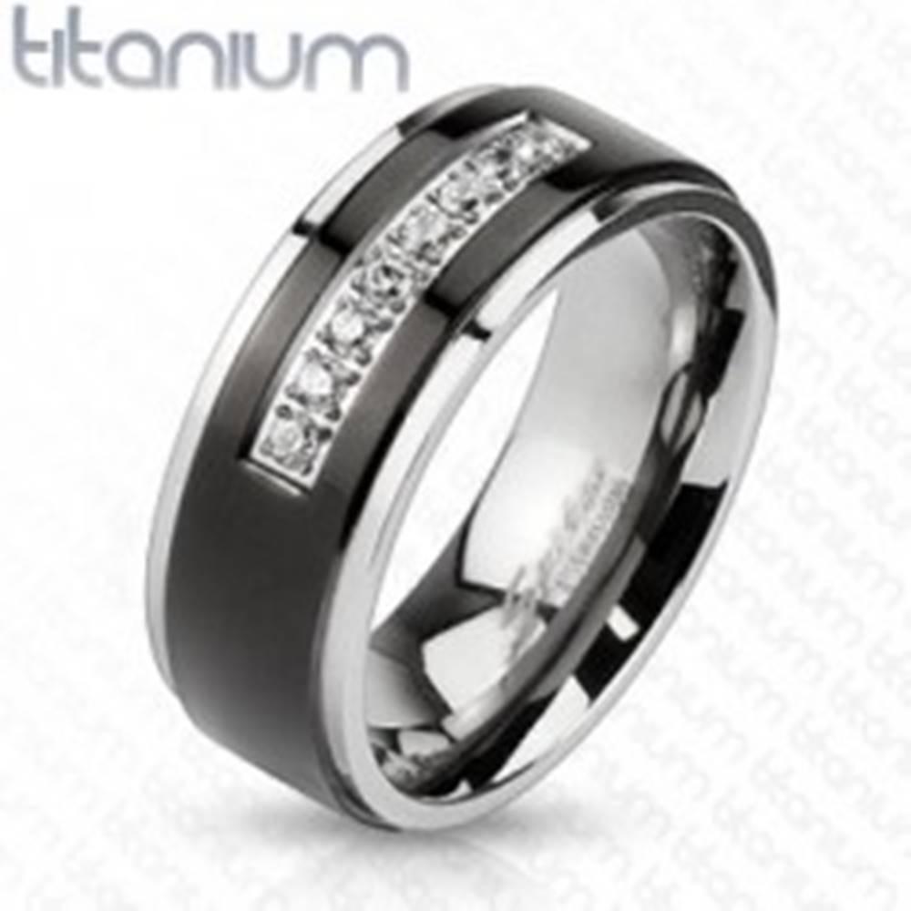 Šperky eshop Titánový prsteň striebornej farby, čierny pás, lesklé okraje, línia čírych zirkónov - Veľkosť: 60 mm