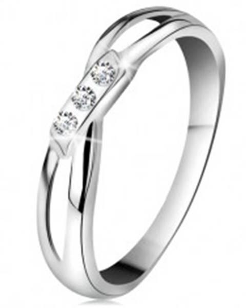 Šperky eshop Zlatý 14K prsteň - tri okrúhle diamanty čírej farby, rozdelené ramená, biele zlato - Veľkosť: 49 mm