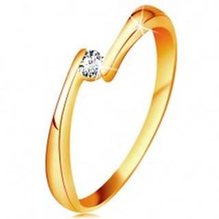Prsteň zo žltého 14K zlata - číry diamant medzi zúženými koncami ramien - Veľkosť: 48 mm