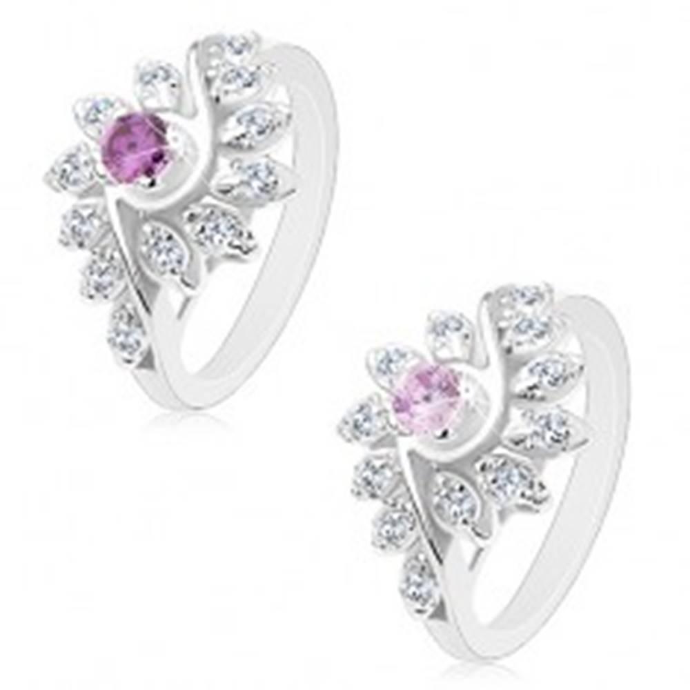 Šperky eshop Ligotavý prsteň so zatočenými ramenami, brúsené okrúhle zirkóny, farebný stred - Veľkosť: 49 mm, Farba: Svetlofialová