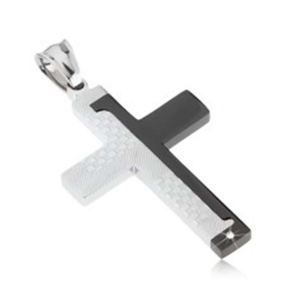 Šperky eshop Oceľový prívesok kríža, čierna a strieborná farba, šachovnica s prúžkami, zirkónik