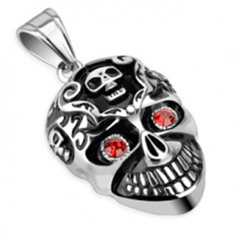 Šperky eshop Oceľový prívesok s patinou - lebka a červené kamienky