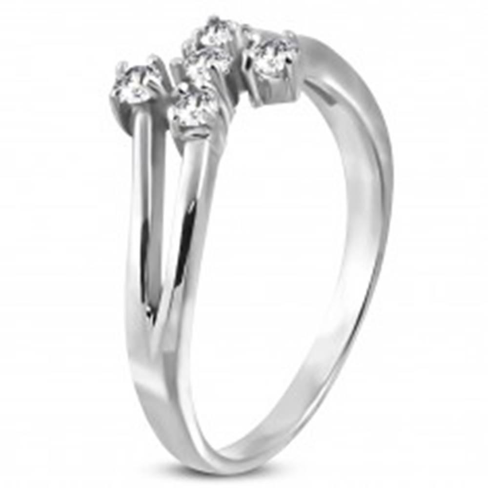 Šperky eshop Oceľový prsteň striebornej farby s piatimi čírymi zirkónmi - Veľkosť: 49 mm