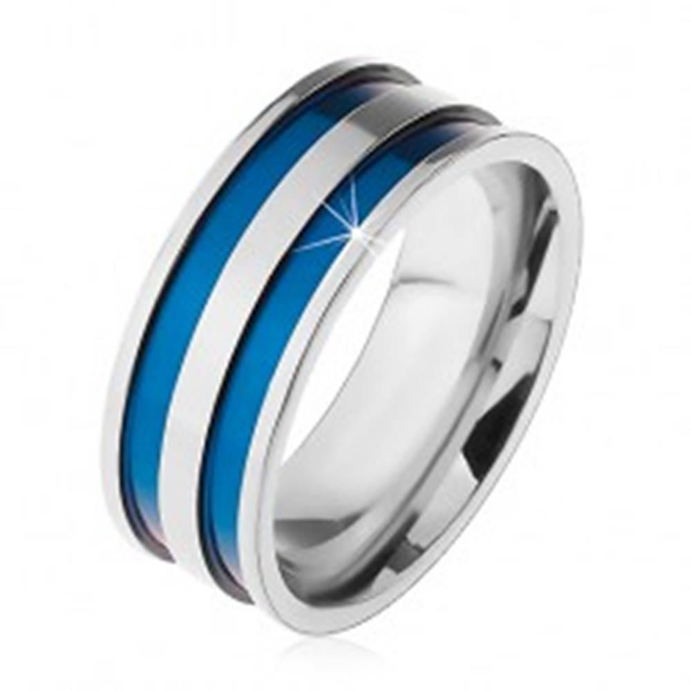 Šperky eshop Oceľový prsteň v striebornom odtieni, tenké vyhĺbené pásy modrej farby, 8 mm - Veľkosť: 57 mm