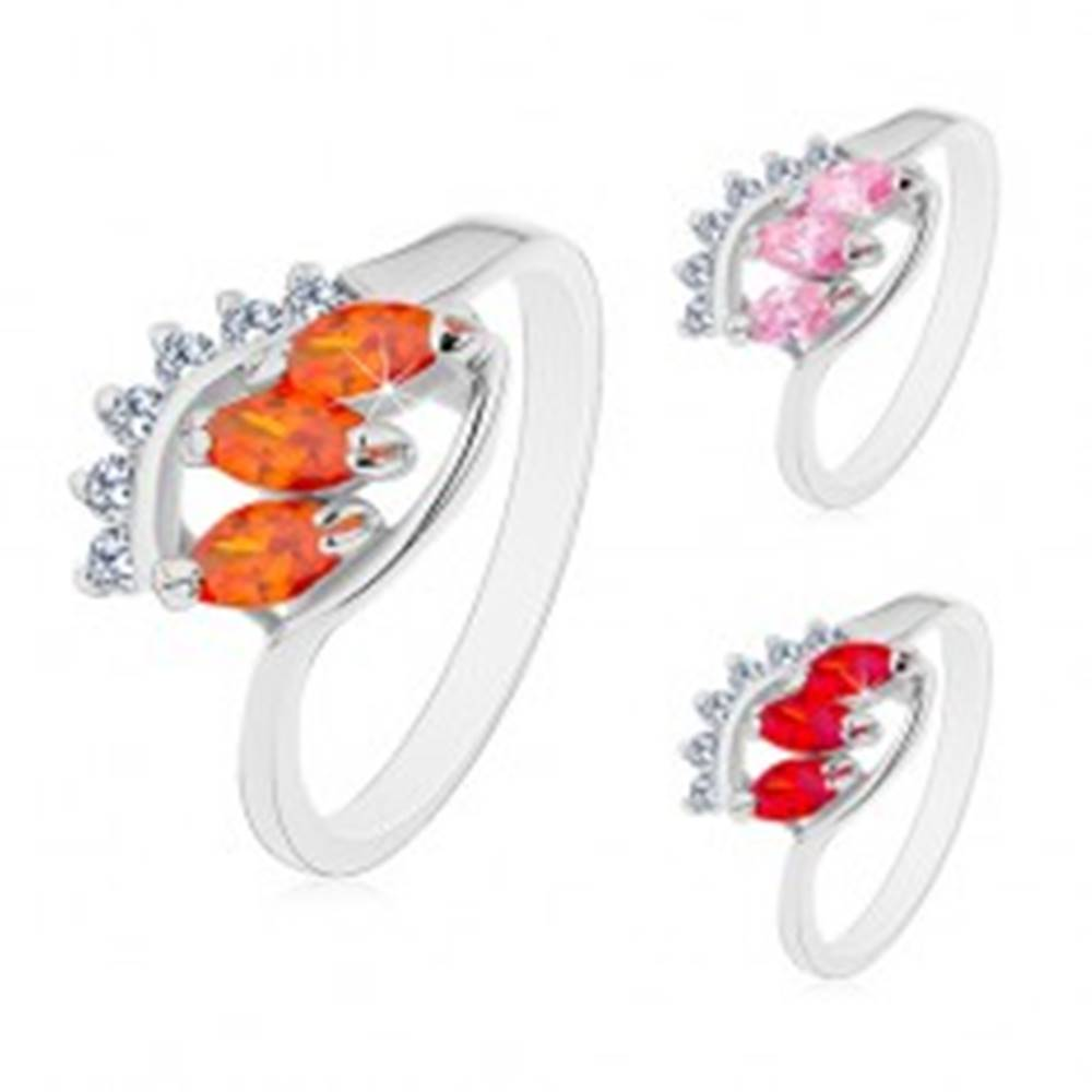 Šperky eshop Prsteň s lesklými zahnutými ramenami, číry oblúk a tri farebné zrnkové zirkóny - Veľkosť: 48 mm, Farba: Ružová