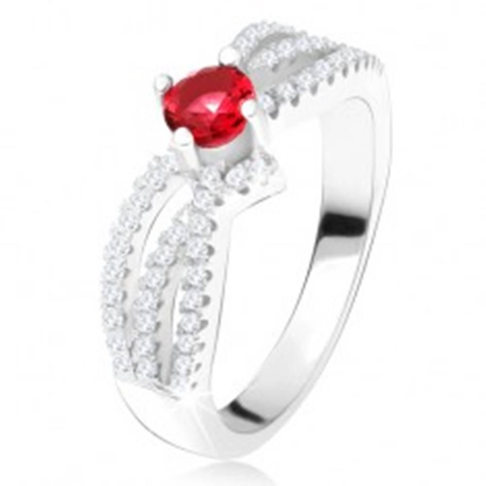 Šperky eshop Prsteň - tri zvlnené zirkónové línie, okrúhly červený kameň, striebro 925 - Veľkosť: 49 mm