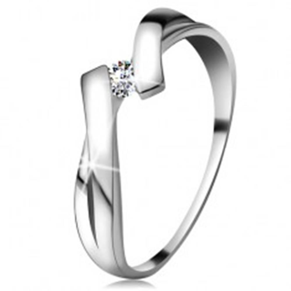 Šperky eshop Prsteň v bielom zlate 585 s trblietavým diamantom, rozdelené prekrížené ramená - Veľkosť: 48 mm
