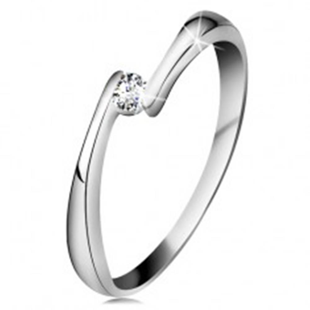 Šperky eshop Prsteň z bieleho 14K zlata - číry diamant medzi zúženými koncami ramien - Veľkosť: 49 mm