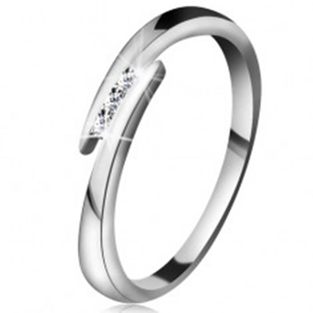 Šperky eshop Prsteň z bieleho 14K zlata - tenké lesklé ramená, tri ligotavé číre brilianty - Veľkosť: 49 mm