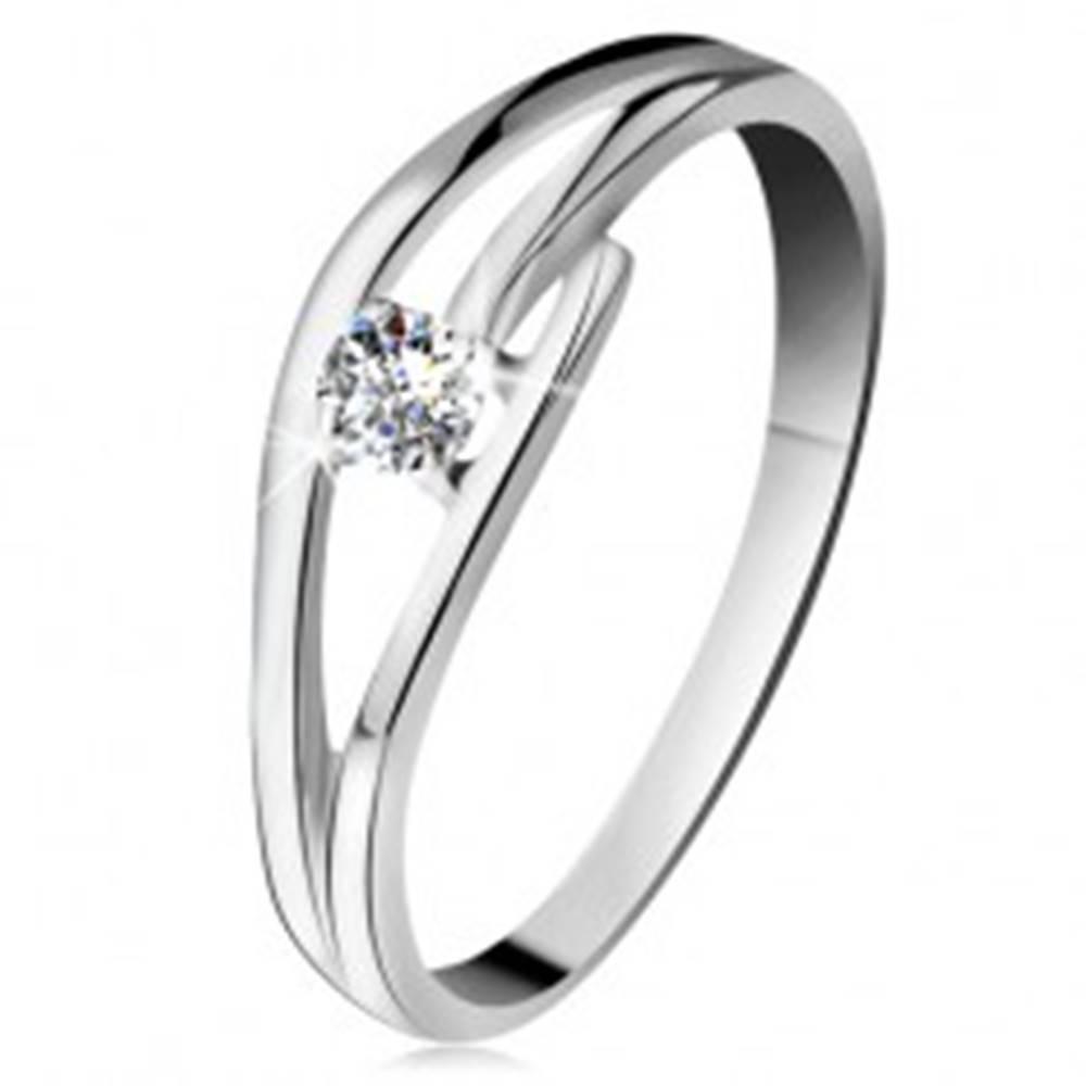 Šperky eshop Prsteň z bieleho zlata 585 s trblietavým diamantom, rozdelené zvlnené ramená - Veľkosť: 49 mm