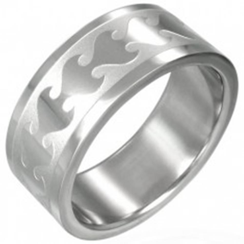 Šperky eshop Prsteň z chirurgickej ocele s kmeňovým lesklým plameňom na matnom pruhu - Veľkosť: 54 mm