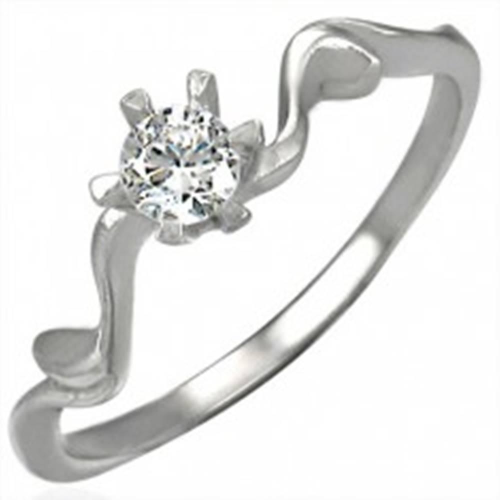 Šperky eshop Snubný prsteň s krásne uchyteným zirkónom - Veľkosť: 49 mm