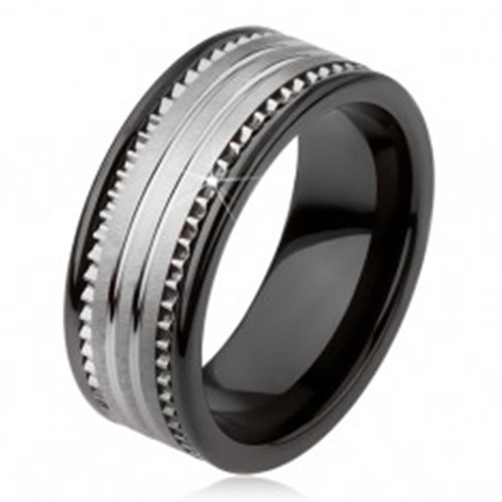 Šperky eshop Tungstenová keramická čierna obrúčka s povrchom striebornej farby a prúžkami - Veľkosť: 49 mm