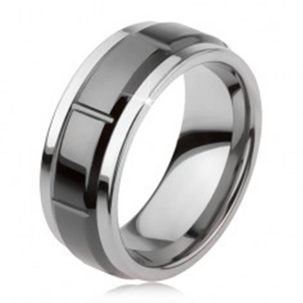 Šperky eshop Tungstenový prsteň so zárezmi, strieborná farba, lesklý čierny povrch - Veľkosť: 49 mm