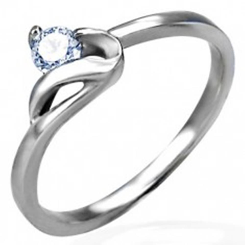Šperky eshop Zásnubný prsteň striebornej farby, oceľ 316L, okrúhly číry zirkón a zvlnené rameno - Veľkosť: 48 mm