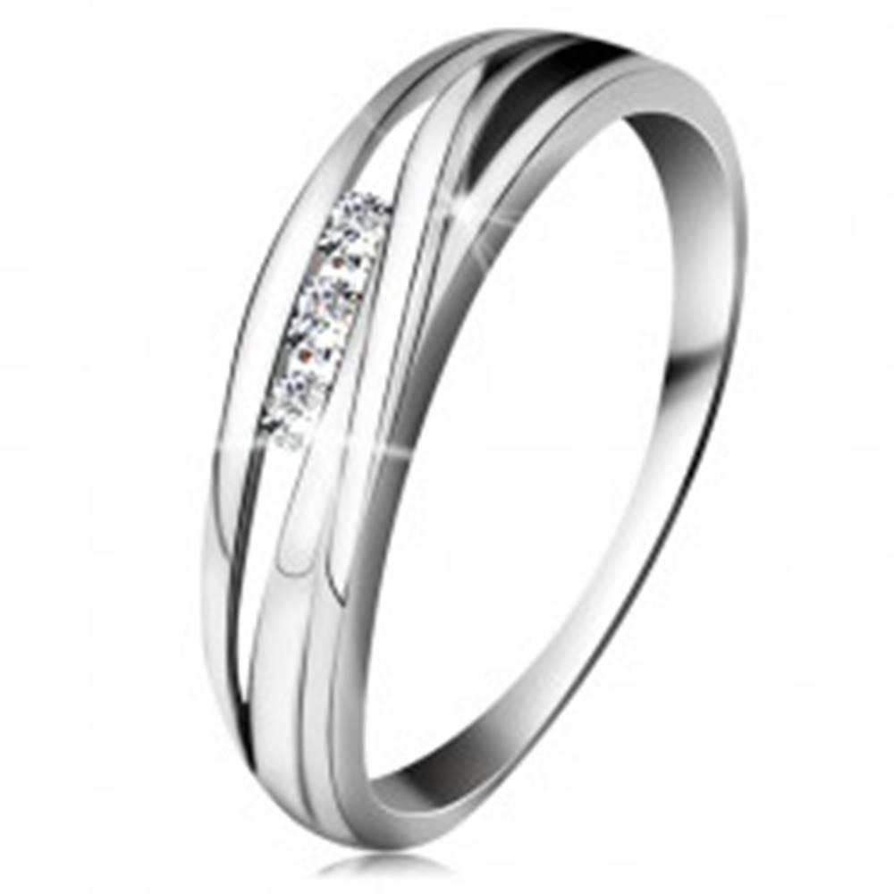 Šperky eshop Briliantový prsteň z bieleho 14K zlata, zvlnené línie ramien, tri číre diamanty - Veľkosť: 49 mm