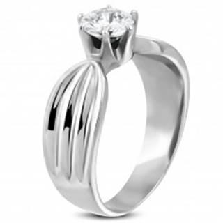 Dámsky prsteň z ocele 316L s čírym zirkónom a zárezmi po stranách - Veľkosť: 49 mm