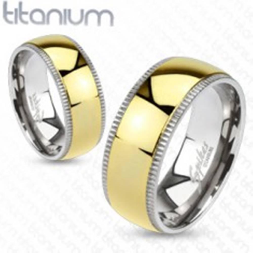 Šperky eshop Obrúčka z titánu - široký stred zlatej farby s vrúbkovanými okrajmi - Veľkosť: 49 mm