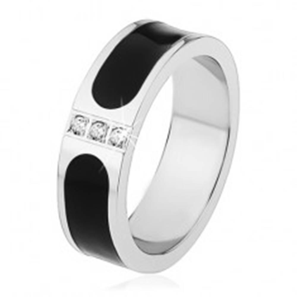 Šperky eshop Oceľová obrúčka, strieborná farba, čierny glazúrovaný pás, tri číre zirkóny - Veľkosť: 53 mm