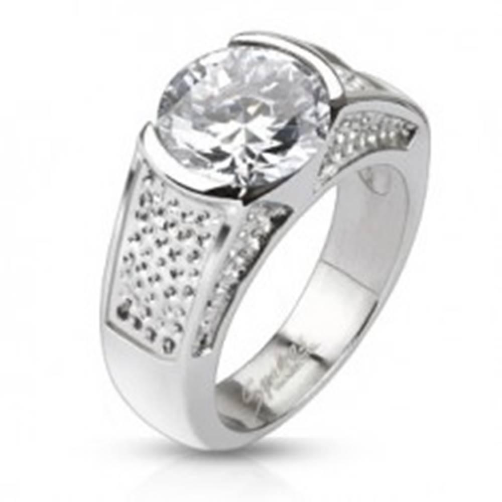 Šperky eshop Oceľový prsteň - okrúhly zirkón a vyhĺbené bodkované pruhy - Veľkosť: 49 mm