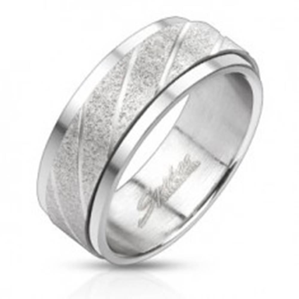 Šperky eshop Oceľový prsteň - pieskovaný pás so šikmými ryhami - Veľkosť: 58 mm