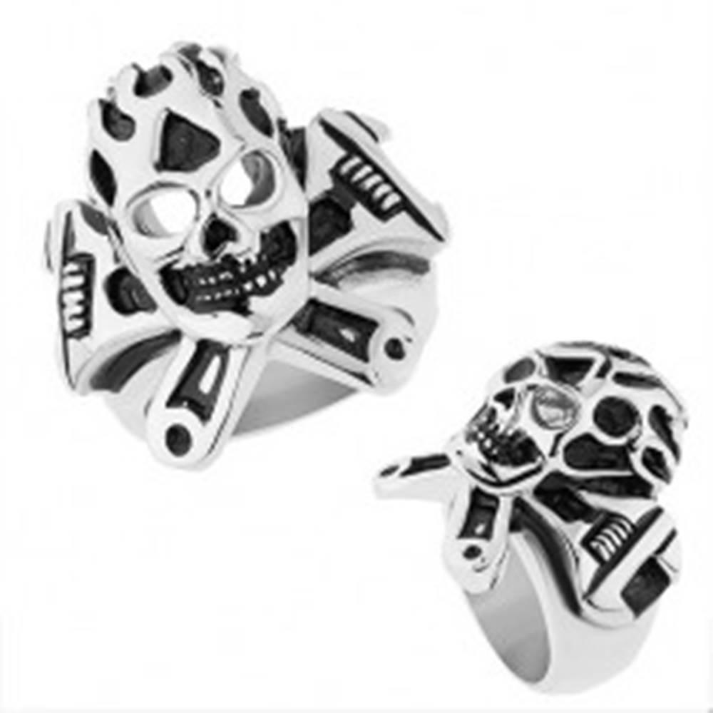 Šperky eshop Oceľový prsteň striebornej farby, vypuklá patinovaná lebka, francúzsky kľúč - Veľkosť: 56 mm