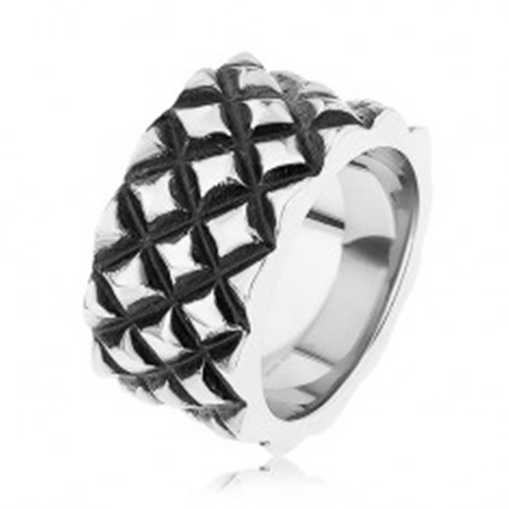 Šperky eshop Patinovaný prsteň z ocele 316L, motív malých vypuklých kosoštvorcov - Veľkosť: 55 mm