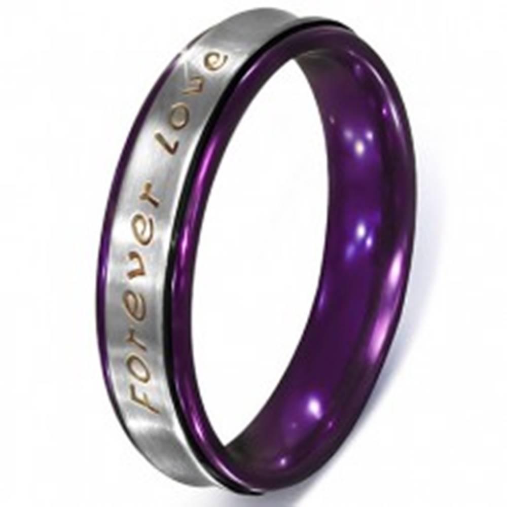 Šperky eshop Prsteň striebornej farby z ocele - text Forever Love, fialové okraje - Veľkosť: 51 mm